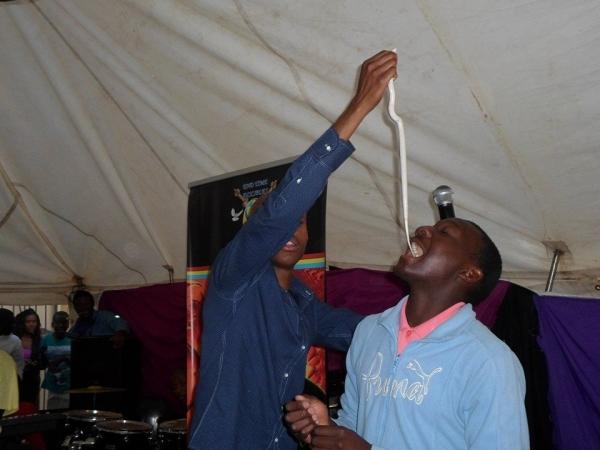 성도들에게 뱀 먹이는 남아공 자칭 예언자