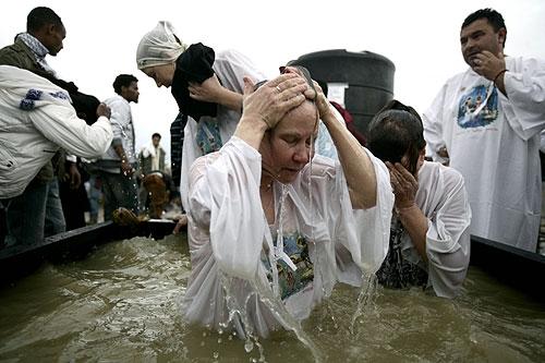 세례 받고 있는 모습 (포토 : 사진 출처 = 이스라엘 관광청)