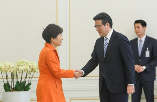 박근혜 대통령 접견한 일본 민주당 오카다 대표