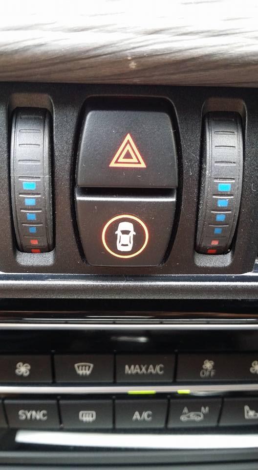 ▲비상등 밑에 있는 버튼으로 차량접근 경고기능과 보행자경보 주간, 차선이탈 경고장치를 선택해 설정할 수 있다./ 사진= 박성민 기자