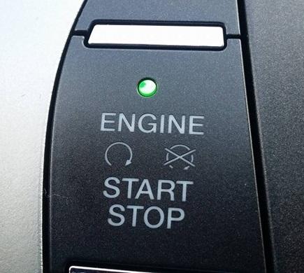 ▲'ENGINE START/STOP'의 녹색불로 시동 상태를 알 수 있다.(사진= 박성민 기자)