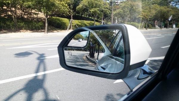 ▲사이드 미러에는 볼록 거울이 설치되어 있지만, 크게 도움이 되진 못하는거 같았다. 거울의 크기가 더 컸으면 좋겠다는 생각이 들었다.(사진= 박성민 기자)