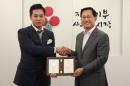 31일 오후 열린 가입식에서 이희진 씨(왼쪽)가 김주현 공동모금회 사무총장으로부터 아너 인증패를 받고 기념촬영을 하고 있다.