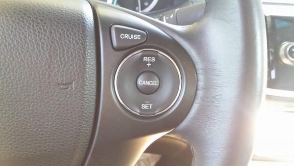 ▲크루즈컨트롤 작동시 'SET' 버튼을 누르면 활성화되고 '+'와 '-'로 속도를 조절한다. 액셀러레이터를 밟아도 비활성화 되지 않으나 브레이크를 밟으면 비활성화로 전환된다.(사진=박성민 기자)