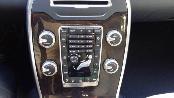 ▲센터 페시아에 '네비게이션'과 'MY CAR', 'CAM', 'ECO+', '차선이탈 방지시스템 등의 버튼들이 보인다.(사진=박성민 기자)