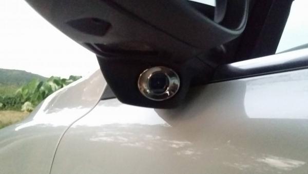 ▲사이드 미러에 설치된 카메라를 통해 좌·우 사각지대로 진입하는 차들을 감지한다.(사진=박성민 기자)