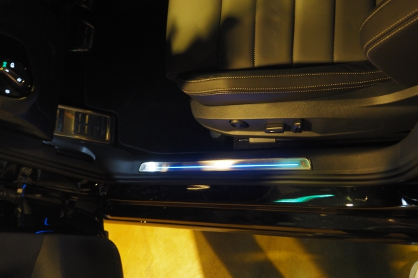 ▲'카본 터치 인서트'와 '도어스커프'는 특유의 푸른 실내 조명으로 빛을 발한다.(사진=박성민 기자)