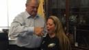 아내에게 교황의 물컵에 남은 물을 마시게 하는 밥 브래디 의원