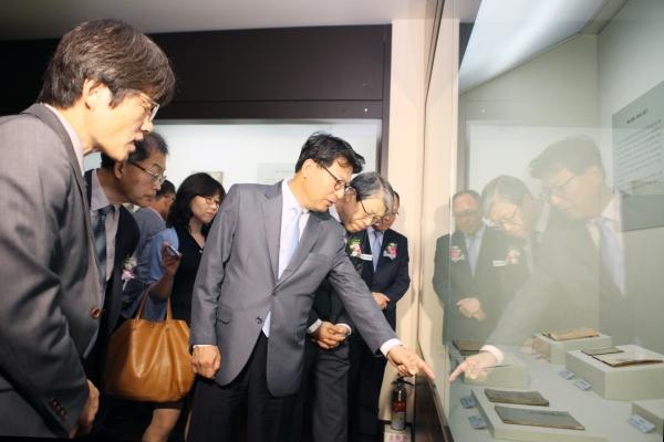 숭실대 한헌수 총장과 관계자들이 전시관을 둘러보고 있다.