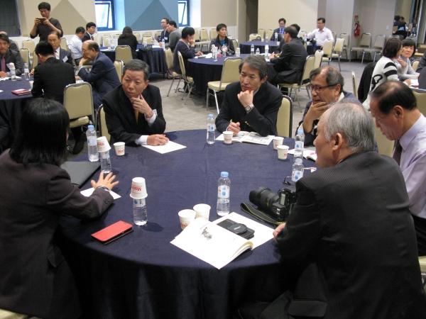 행사에서는 테이블별 집담회가 열린 가운데, 탈북자들의 목소리를 한국교회 목회자들이 경청하고 있다.