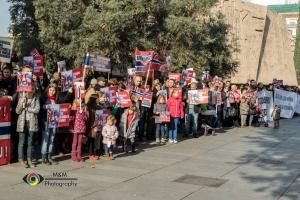 """""""노르웨이 정부가 마리우스 보드나리우(Marius Bodnariu)와 룻 보드나리우(Ruth Bodnariu) 부부의 다섯 자녀를 돌려줘야 한다""""면서 스페인 마드리드 노르웨이 대사관 앞에서 시위를 벌이고 있는 지지자들."""