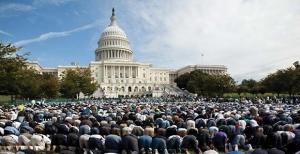 미국 하원 앞에서 기도하는 무슬림들. 무슬림들은 또한 의회 내에서도 기도할 수 있으며,  미국민을 대표하는 의원들을 위해 알라에게 개회 기도를 하기도 한다.