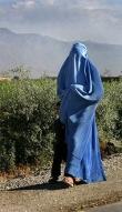 전신이 가리는 이슬람 전통 의상 '부르카'를 착용한 무슬림 여성.