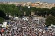 로마 키르쿠스 막시무스 경기장 모인 수만 군중. 모인 이들은 특히 동성커플의 입양허용 법안에 대해 강력히 반대했다.