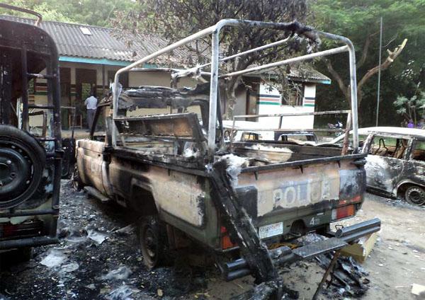케냐에서 알샤바브 공격으로 불탄 경찰차.