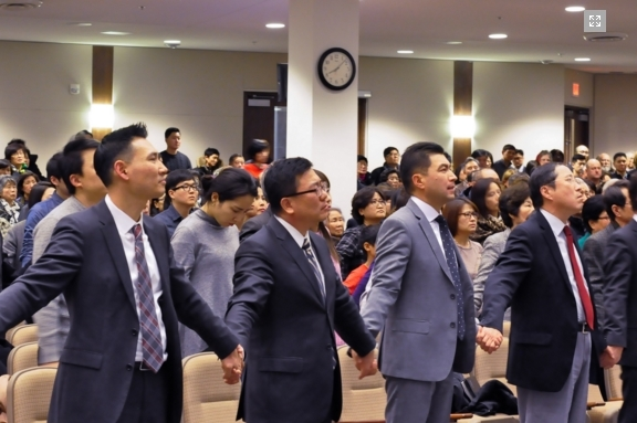 임현수 목사의 북한 억류로 말미암아 캐나다큰빛교회 성도들은 그의 조속한 송환을 위해 기도회를 열었다.