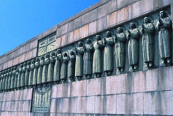 영화에 등장하는 나가사키 26성인 기념비. 이들은 도요토미 히데요시의 기독교 핍박 정책으로 말미암아 순교당했다. 영화는 이들이 본국으로 돌아갈 수 있는 충분한 기회가 있었음에도 불구, 돌아가지 않고 성도들을 지키다가 순교를 당했다고 이야기 했다.