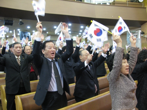NCCK가 1일 낮 아현감리교회에서 '제97주년 3.1절 기념 연합예배'를 드린 가운데, 참석자들이 만세삼창을 외치고 있다.