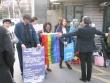 동성애 옹호자들이 총신대의 '동성애 에이즈 예방콘서트' 소식을 듣고 몰려와 교내 수위실 앞에서 대치하고 있다. 이들은 경찰의 저지로 정문 밖에서 시위를 벌이다 돌아갔다. 무지개 깃발을 든 인물은 목사인 것으로 추정되고 있다.