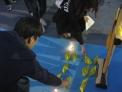 신학생들이 세월호 참사와 희생자들을 기억하면서 노란종이배를 접어 놓고 있다.