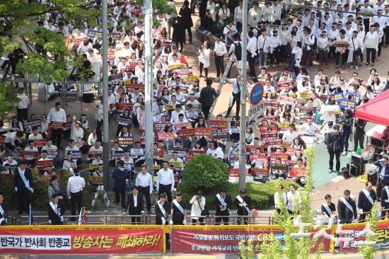시위하고 있는 신천지 교인들.