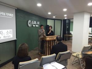 존 비아크(왼쪽) 목사와 폴리 현숙 목사.