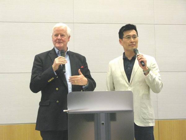 강연을 전하고 있는 오스 기니스 박사(왼쪽).