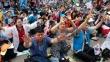 '2016 서울광장 동성애 퀴어축제반대 국민대회'에서 플래카드를 들고 간절히 기도하고 있는 참가자들.