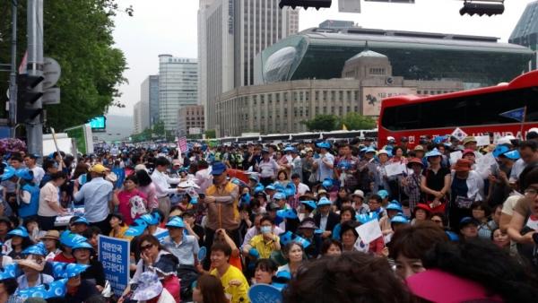 11일 대한문 앞에서 열린 '2016 서울광장 동성애 퀴어축제반대 국민대회'에 참여한 인파들. 그 끝을 알 수 없다.