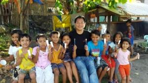 최상용 선교사가 필리핀 타클로반 어린이들과 함께