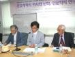 가운데 발표하는 이가 김주한 박사(한신대), 왼쪽은 사회자 강근환 박사(서울신대 전 총장), 오른쪽은 토론에 참여한 서광선 박사(이화여대 명예교수).