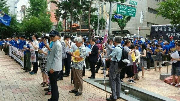 국가인권위원회 앞에서 열린 '바른 인권 알리기 기자회견'에 모인 시민사회단체들 회원들의 모습.