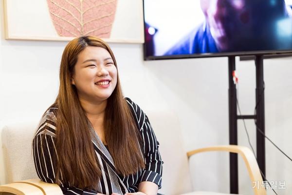 인터뷰 중인 계민아