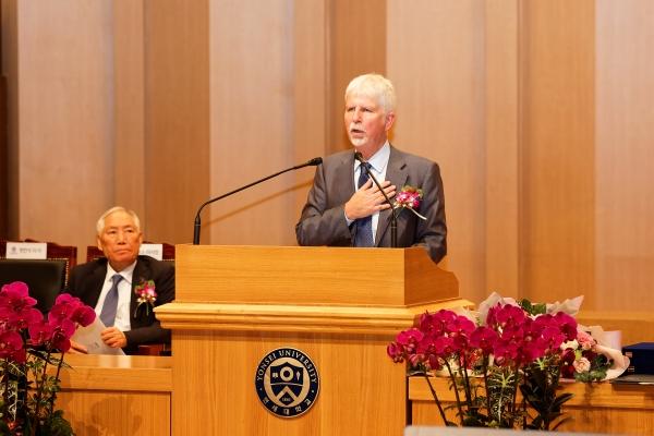 언더우드 가족 소개와 인사말을 하는 원한석 연세대학교 법인이사.