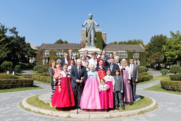 언더우드 동상 앞에서 기념촬영을 하는 언더우드 가족