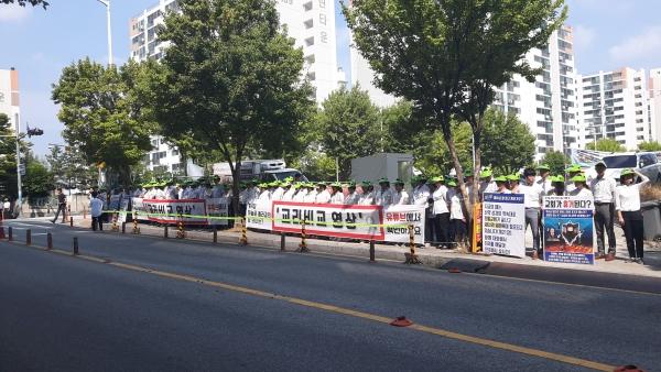 이제는 법원판결로 금지되어 불법이 되어 버린 송촌장로교회 앞 신천지의 집회·시위 모습.