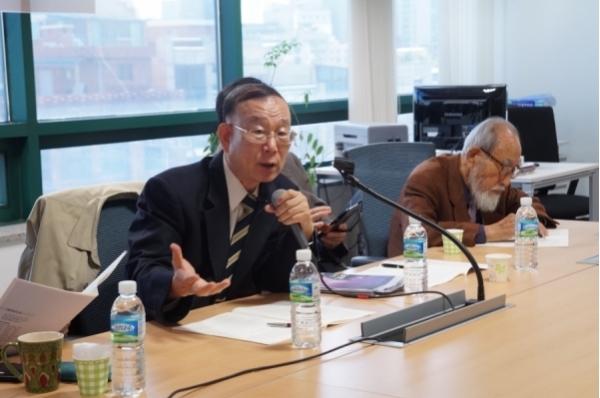 연세대 명예교수 김균진 박사(맨 왼쪽)가 발표하고 있다.