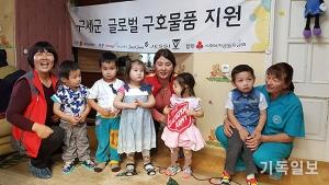 신발과 옷을 선물 받은 몽골 어린이들