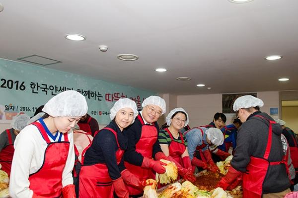 김장 김치를 담그고 있는 참가자들