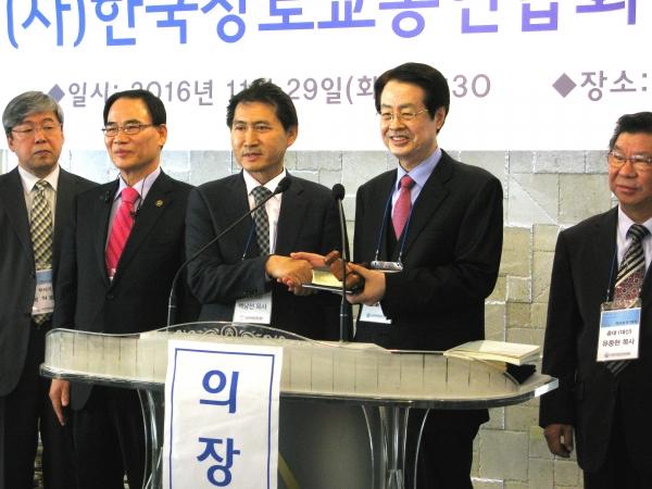 직전 대표회장 백남선 목사(왼쪽에서 세번째)가 신임 대표회장 채영남 목사(오른쪽에서 두번째)에게 고퇴와 성경을 전달하고 있다.