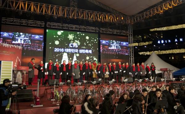 서울시와 함께 그린 크리스마스 캠페인을 진행해 점등인사가 직접 자전거 패달을 돌리는 점등식을 가졌다..jpg (11 MB)