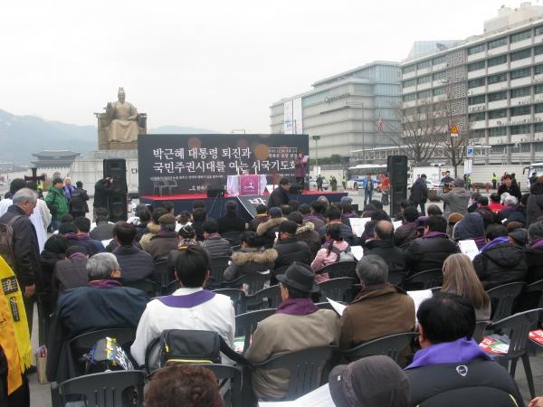 '박근혜 대통령 퇴진과 국민주권시대를 여는 시국기도회'가 8일 낮 광화문 광장에서 열렸다.