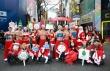 명동 중앙로에서 이색 산타캠페인을 펼친 스타 트레이너들의 모습