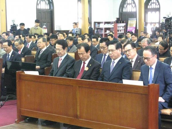한국교회 연합을 위해 기도하고 있는 교계 인사들.