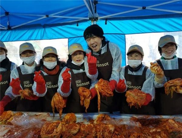가수 김장훈이 김치나눔 행사에 동참하고 있다.