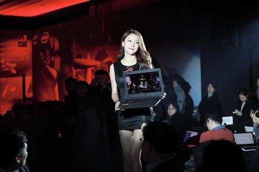에이수스 2017 New ROG 출시 쇼에서 모델이 ROG GL502