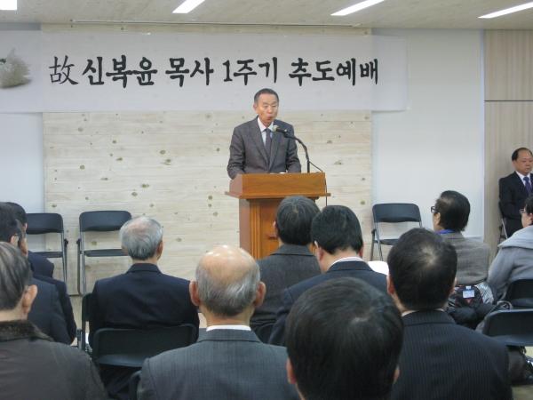 故 신복윤 원로목사 1주기 추도예배에서 남포교회 박영선 목사가 설교하고 있다.