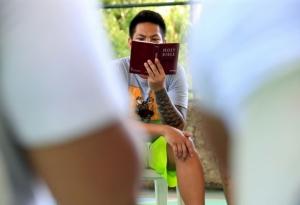 성경 읽는 이미지