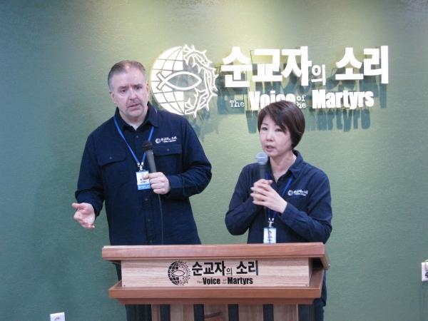 발언하고 있는 한국 순교자의 소리 에릭 폴리 목사(왼쪽)와 통역 중인 현숙 폴리 목사.