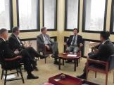 (사진2)한동대 장순흥 총장(오른쪽에서 세번째)이 존브라운대학 찰스 폴라드 총장(왼쪽에서 세번째) 등 학교 리더십들과 대화를 나누고 있다